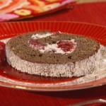 Rolada czekoladowo-malinowa z sosem malinowym (źródło: mylifetime.com)