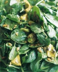 Sałatka ze szpinaku, awokado i nasion dynii (źródło: nigella.com)