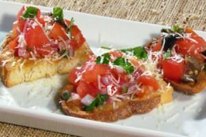 Bruschetta z pomidorami, oliwkami i kaparami (źródło: TLC)