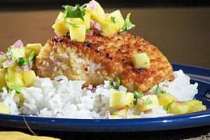Koryfena (mahi-mahi) z orzechami Makadami, salsą z ananasa i ryżem jaśminowym (źródło: TLC)