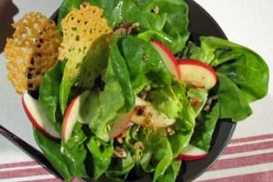 Sałatka z jabłkiem i chipsami serowymi (źródło: TLC)