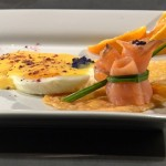 Chips parmezanowy z wędzonym łososiem i jajkiem z pomarańczowym sosem holenderskim (źródło: masterchef.tvn.pl)