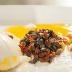 Jajko na miękko z dwiema salsami i ekspresowym chlebkiem z patelni (źródło: masterchef.tvn.pl)