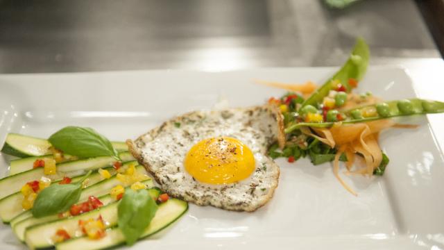 Jajko sadzone na aromatycznej pierzynce (źródło: masterchef.tvn.pl)