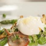 Jajko w koszulce z blanszowanymi warzywami strączkowymi i szparagami (źródło: masterchef.tvn.pl)