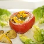 Pomidor faszerowany jajkiem z dodatkami (źródło: masterchef.tvn.pl)