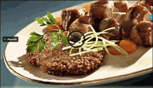 Racuchy z kaszy gryczanej z gulaszem wieprzowym (źródło: kuchnialidla.pl)