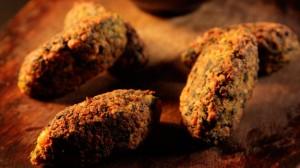 Koftas (kulki mięsne) z ciecierzycy, kuminu i szpinaku z dressingiem tahini (źródło: channel4.com)