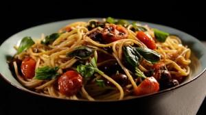 Pasta z pomidorami, anchois i chilli (źródło: channel4.com)
