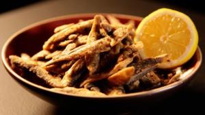 Małe smażone rybki z chilli i przyprawami (źródło: channel4.com)