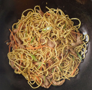 Szybki makaron z wieprzowiną i imbirem (źródło: gokwan.com)