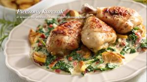 Pieczony kurczak w sezamie na szpinaku z pikantnymi ziemniakami (źródło: kuchnialidla.pl)