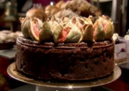 Ciasto czekoladowo-owocowe z karmelizowanymi figami (źródło: bakingmad.com)