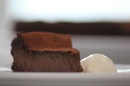 Sernik czekoladowy (źródło: bakingmad.com)