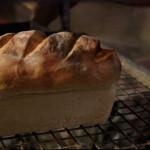 Domowy biały chleb (źródło: hobbshousebakery.co.uk)