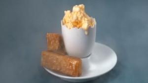 Lody z jajek z bekonem i marmoladą i słodkimi tostami (źródło: channel4.com)