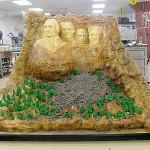 Tort Mount Rushmore - rzeźby G. Waszyngtona, T. Jeffersona, T. Roosevelta, A. Lincolna w skale (źródło: tlc.com)
