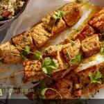 Szaszłyki z marynowanego łososia z libańskim tabbouleh (źródło: kuchnialidla.pl)