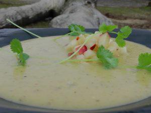Zupa krem z kiszonych ogórków z pikantną salsą z jabłek (źródło: karolokrasa.pl)