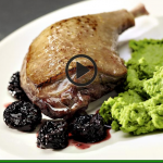 Nogi kaczki ze śliwkami suszonymi i purée z zielonego groszku (źródło: kuchnialidla.pl)