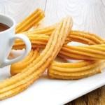 Hiszpańskie churros z czekoladą (źródło: almamarket.pl)