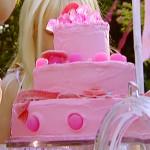 Różowy tort urodzinowy (źródło: oodnetwork.com)