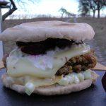 Wegetariański hamburger z wielkopolskim serem smażonym (źródło: karolokrasa.pl)